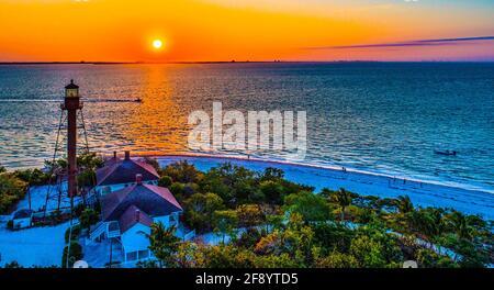 Phare sur la mer au lever du soleil, Sanibel Island, Floride, États-Unis