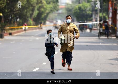 Les musulmans se courraient pour prendre part à la prière du vendredi dans le cadre du Saint mois de jeûne du Ramadan dans le cadre de la pandémie de coronavirus (COVID-19), à Dhaka, au Bangladesh, le 16 avril 2021. REUTERS/Mohammad Ponir Hossain Banque D'Images