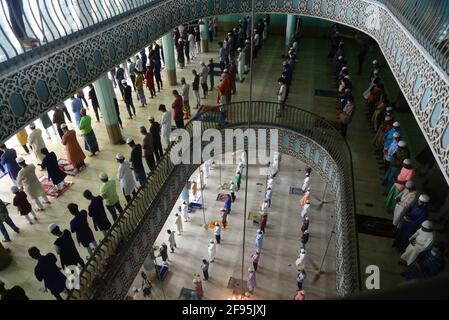 Dhaka, Bangladesh. 16 avril 2021 : les adeptes musulmans se réunissent tout en maintenant des protocoles de distanciation sociale lorsqu'ils offrent leurs prières le premier vendredi du mois Saint du Ramadan, car un confinement est en vigueur pour freiner la propagation des infections à coronavirus Covid-19 à Dhaka, au Bangladesh, le 16 avril 2021. Credit: Mamunur Rashid/Alamy Live News Banque D'Images