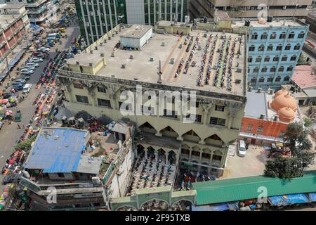 Dhaka, Bangladesh. 16 avril 2021. Les gens effectuent la prière du vendredi pendant le ramadan, le mois Saint des musulmans, à Dhaka, au Bangladesh, le 16 avril 2021. Le Bangladesh applique une restriction sociale à grande échelle qui comprend un protocole strict pour tenir la prière commune, comme le port du masque facial, la fourniture de désinfectant, la distanciation physique pour empêcher la propagation de la COVID-19. Credit: Suvra Kanti Das/ZUMA Wire/Alay Live News Banque D'Images