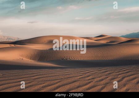 Dunes montantes de Mesquite Flat dans la vallée de la mort, Californie.