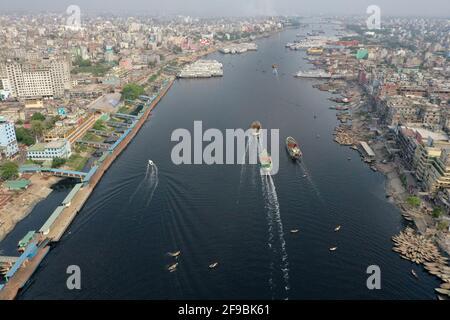 Dhaka, Bangladesh - le 16 avril 2021 : vue de dessus sur le fleuve Buriganga. L'eau de la rivière Buriganga est devenue noire en raison d'une énorme quantité d'indigestion Banque D'Images