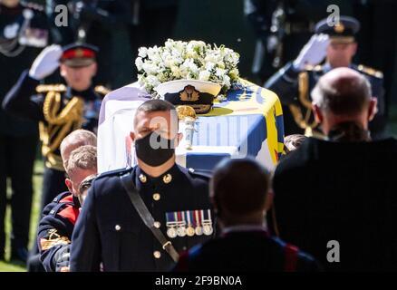 Les porteurs de Pall portant le cercueil dans la chapelle lors des funérailles du duc d'Édimbourg dans la chapelle Saint-Georges, château de Windsor, Berkshire. Date de la photo: Samedi 17 avril 2021.