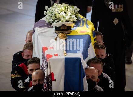 Les porteurs de Pall portant le cercueil lors des funérailles du duc d'Édimbourg dans la chapelle Saint-Georges, château de Windsor, Berkshire. Date de la photo: Samedi 17 avril 2021.