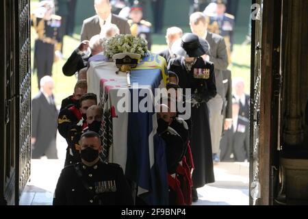 Les porteurs de Pall transportant le cercueil du duc d'Édimbourg dans la chapelle Saint-Georges, château de Windsor, Berkshire. Date de la photo: Samedi 17 avril 2021.