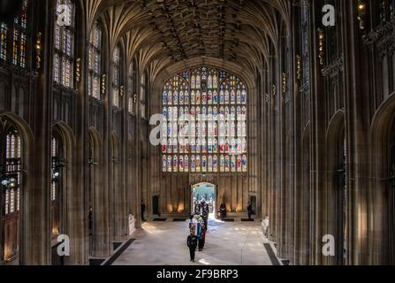 Les porteurs de Pall portant le cercueil du duc d'Édimbourg, suivis par des membres de la famille royale qui entrent dans la chapelle Saint-Georges, le château de Windsor, Berkshire. Date de la photo: Samedi 17 avril 2021.