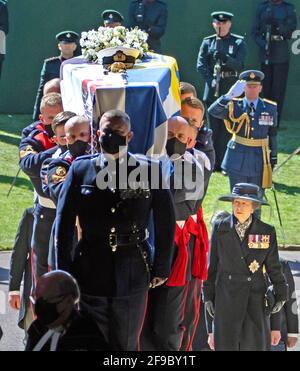 Les porteurs de Pall portant le cercueil du duc d'Édimbourg, suivis de la princesse Anne (à droite) entrant dans la chapelle Saint-Georges, le château de Windsor, Berkshire. Date de la photo: Samedi 17 avril 2021.
