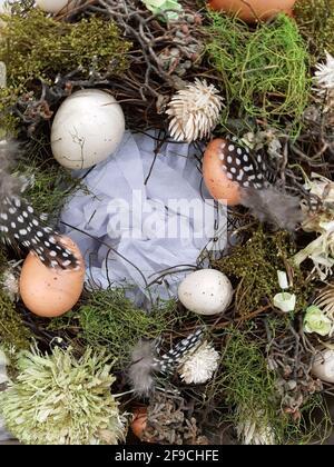 A la veille de Pâques, décorations festives sous forme d'œufs de Pâques colorés et de verdure décorative.