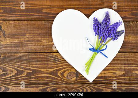 Carte de fête des mères avec fleurs et cœur pour la fête des mères décoration