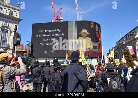 Les manifestants défilent devant l'hommage du prince Philip à Piccadilly Circus lors de la manifestation Kill the Bill. Une fois de plus, des foules ont défilé pour protester contre la loi sur la police, le crime, la condamnation et les tribunaux. (Photo de Vuk Valcic / SOPA Images / Sipa USA) Banque D'Images