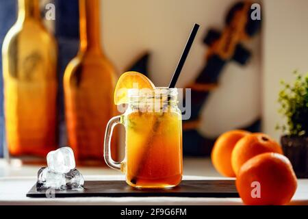 Jus d'orange et de pomme fraîchement pressé sur un support noir