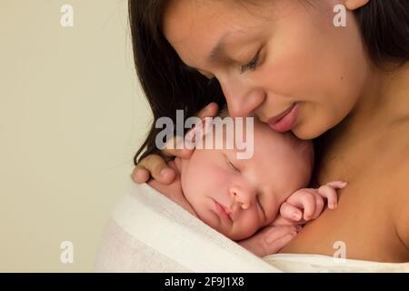Jeune mère de race mixte posant avec elle 7 jours nouveau-né en gros plan