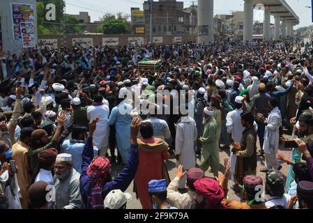 Lahore, Pakistan. 19 avril 2021. Les partisans du parti Tehreek-e-Labbaik Pakistan (TLP) portent le cercueil et crient des slogans lors de la prière funèbre de leur collègue d'un camarade qui a été tué lors du clash du dimanche avec les forces de sécurité, Une manifestation après que leur chef ait été arrêté suite à ses appels à l'expulsion de l'ambassadeur de France à Lahore. (Photo de Rana Sajid Hussain/Pacific Press) Credit: Pacific Press Media production Corp./Alay Live News Banque D'Images