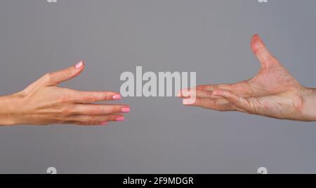 Main d'aide. Deux mains. Soutien dans les relations. Solidarité, compassion et concept de charité.