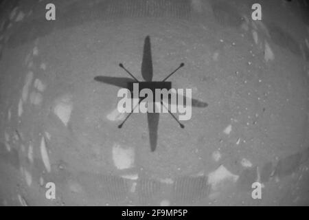 Washington, États-Unis. 19 avril 2021. L'hélicoptère Ingenuity Mars de la NASA a capturé ce cliché alors qu'il survolait la surface martienne le 19 avril 2021, lors de la première occurrence d'un vol motorisé et contrôlé sur une autre planète. Il a utilisé sa caméra de navigation, qui suit le sol de manière autonome pendant le vol. Crédit NASA/UPI : UPI/Alay Live News Banque D'Images