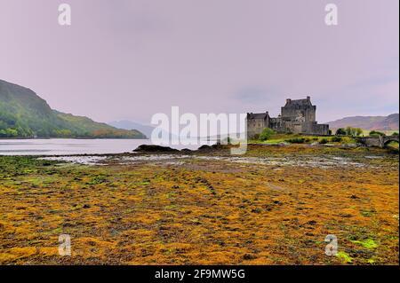 Dornie, près de Kyle de Lochalsh, Northwest Highlands, Écosse, Royaume-Uni. Le château d'Eilean Donan, le plus célèbre de tous les châteaux des Highlands.
