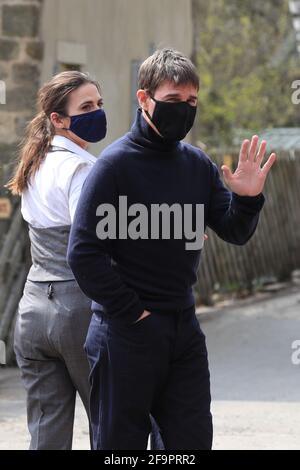 L'acteur Tom Cruise se promène avec les spectateurs alors qu'il se promène dans le cadre de son dernier projet, qui est en train de filmer dans les sidings de la gare dans le village de Levisham dans les Maures de North York. Date de la photo: Mardi 20 avril 2021. Banque D'Images