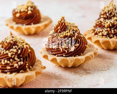 desserts faits maison au caramel, noix sur fond clair