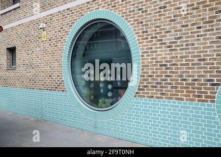 Détail de fenêtres circulaires architecturales en briques dans le quartier chic de Chelsea le 14 avril 2021 à Londres, Royaume-Uni.