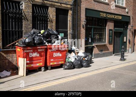Piles de déchets et de recyclage dans et autour des poubelles devant un pub à Knightsbridge le 14 avril 2021 à Londres, Royaume-Uni.