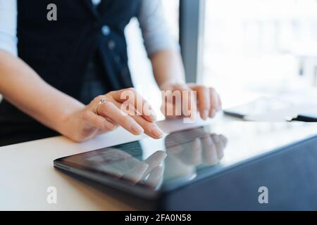 Femme doigts tapant sur l'écran de la tablette . Utilisation des technologies