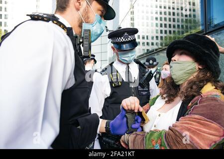 Canary Wharf, Londres, Royaume-Uni 22 avril 2021 extinction les femmes de la rébellion brisent les fenêtres de la banque HSBC dans le cadre d'une série d'actions qui composent la rébellion monétaire. Le groupe environnemental est en colère contre les investissements de 80 milliards de livres de la banque dans les combustibles fossiles au cours des 5 dernières années