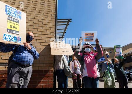 Willesden, Londres, Royaume-Uni. 22 avril 2021. Des manifestants locaux manifestant devant le centre de santé et de soins de Willesden contre la prise de contrôle des cabinets d'expertise générale par Operose Health, propriété de Centène, une société de santé américaine. C'est l'une des nombreuses manifestations de Londres, faisant campagne contre la prise de contrôle de 49 cabinets de médecins généralistes en Angleterre par Centène, une société de santé privée basée aux États-Unis. La société américaine Centene Corporation a racheté 49 cabinets de médecins généralistes de Londres qui s'occupe de 375,000 patients, ce qui est aujourd'hui le plus grand réseau de cabinets de médecins généralistes du Royaume-Uni. Amanda Rose/Alamy