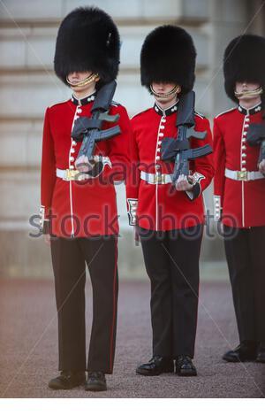 Les gardes de la Reine effectuent le petit salut de silence devant Buckingham Palace dans le centre de Londres le samedi 17 avril 2021, lors des funérailles du prince Philip du Royaume-Uni. La Reine a annoncé la mort de son mari bien-aimé, son Altesse Royale le prince Philip, duc d'Édimbourg, décédé à l'âge de 99 ans. HRH est décédé paisiblement le 9 avril au château de Windsor après 73 ans de mariage avec la reine Elizabeth II de Grande-Bretagne (Photo/ Vudi Xhymshiti) Banque D'Images