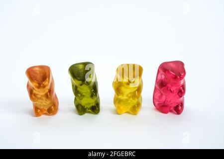 Collection d'ours en gelée colorés sur fond blanc