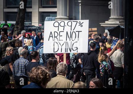 24 avril 2021, Londres, Angleterre, Royaume-Uni: Anti-vaxer tenant une pancarte à la manifestation contre les restrictions du coronavirus à Londres.