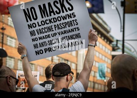 24 avril 2021, Londres, Angleterre, Royaume-Uni : des milliers de personnes ont marché sur London Oxford Street à Unite for Freedom protestation contre la restriction du coronavirus