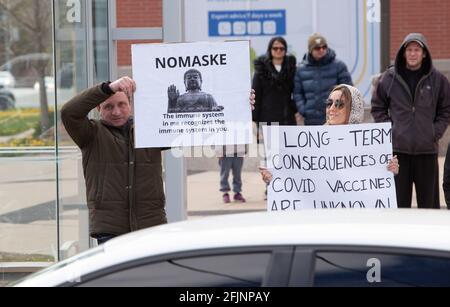 Vaughan, Canada - le 25 avril 2021 : des personnes tiennent des affiches dans le rassemblement pour protester contre les mesures de confinement de la COVID-19 en Ontario