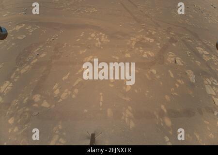 Washington, États-Unis. 25 avril 2021. L'hélicoptère Ingenuity Mars de la NASA a capturé ce cliché alors qu'il survolait la surface martienne le 22 avril 2021, lors de son deuxième vol d'essai réussi. Il a utilisé sa caméra de navigation, qui suit le sol de manière autonome pendant le vol. Crédit NASA/UPI : UPI/Alay Live News Banque D'Images