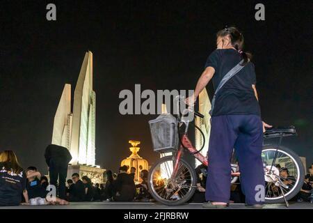 Pleurer à vélo aux funérailles du Roi Bhumibol, Monument de la démocratie, Bangkok, Thaïlande