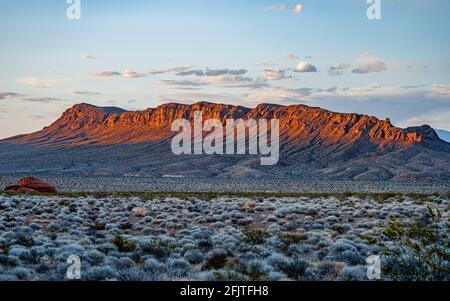 Coucher de soleil sur une chaîne de montagnes dans le parc national de la Vallée de feu dans le sud du Nevada près de Las Vegas.