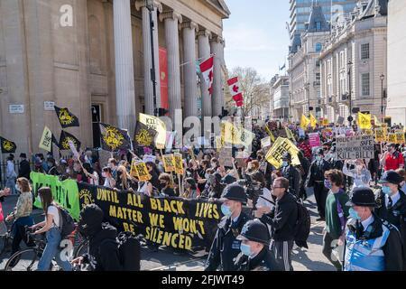 2021, 17 avril : des milliers de manifestants défilent dans le centre de Londres contre la loi sur la police, le crime, la détermination de la peine et les tribunaux qui limitera le droit démocratique de manifester.