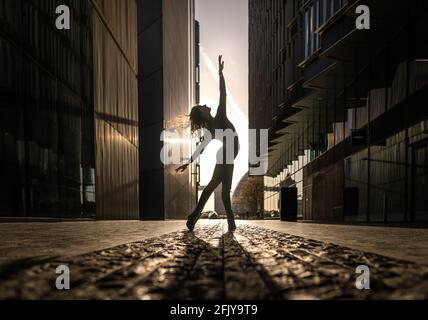 Londres, Royaume-Uni. 27 avril 2021. Journée internationale de la danse : Rebecca Olarescu, étudiante en Master Screance à la London Contemporary Dance School (LCDS), se produit au lever du soleil près du pont de Londres, en prévision de la Journée internationale de la danse, le 29 avril. Célébrée pour la première fois en 1982, la Journée internationale de la danse a lieu chaque année depuis l'anniversaire de la naissance de Jean-Georges Noverre (1727-1810), créateur du ballet moderne. Credit: Guy Corbishley/Alamy Live News