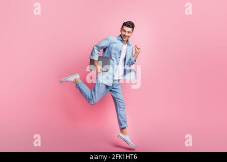 Photo de taille de corps pleine longueur de saut freelance ordinateur courir souriant isolé sur fond rose pastel