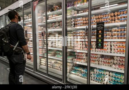 Le client choisit parmi une grande variété d'œufs en vente dans un supermarché de New York le dimanche 18 avril 2021. (© Richard B. Levine)