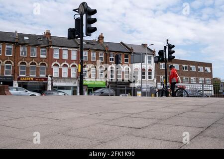 Kingston-upon Thames London, avril 27 2021, cycliste unique en attente aux feux rouges