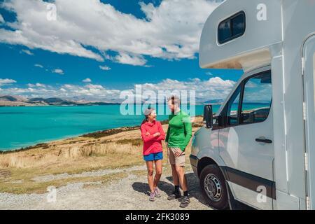 Camping camping-car camping-car en minibus sur la Nouvelle-Zélande. Jeune couple sur voyage aventure de vacances. Deux touristes regardant le lac Pukaki et les montagnes sur la fosse