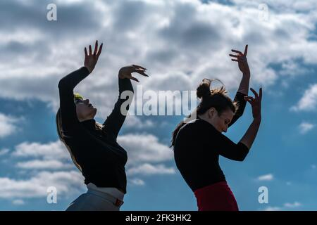 Londres, Royaume-Uni. 28 avril 2021. Journée internationale de la danse : les danseurs de Ranbu se produisent sur Hampstead Heath avant la Journée internationale de la danse le 29 avril (L-R Sophie Chinner, Belinda Roy). Le nouveau collectif de danse basé à Londres et au Japon vise à créer une plate-forme pour les danseurs contemporains de collaborer, de jouer et de partager des idées avec d'autres artistes. Célébrée pour la première fois en 1982, la Journée internationale de la danse a lieu chaque année depuis la naissance de Jean-Georges Noverre (1727-1810), créateur du ballet moderne. Credit: Guy Corbishley/Alamy Live News