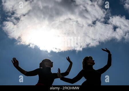 Londres, Royaume-Uni. 28 avril 2021. Journée internationale de la danse : les danseurs de Ranbu se produisent sur Hampstead Heath avant la Journée internationale de la danse le 29 avril (L-R Belinda Roy, Sophie Chinner). Le nouveau collectif de danse basé à Londres et au Japon vise à créer une plate-forme pour les danseurs contemporains de collaborer, de jouer et de partager des idées avec d'autres artistes. Célébrée pour la première fois en 1982, la Journée internationale de la danse a lieu chaque année depuis la naissance de Jean-Georges Noverre (1727-1810), créateur du ballet moderne. Credit: Guy Corbishley/Alamy Live News