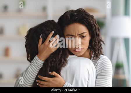 Jeune fille cherche du réconfort avec sa belle mère