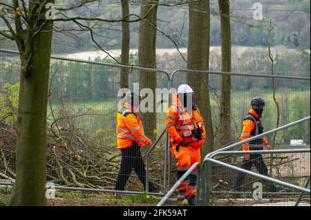 Aylesbury Vale, Buckinghamshire, Royaume-Uni. 27 avril 2021. Sécurité HS2 habillée de Balaclava dans les bois. HS2 était de retour avec leurs tronçonneuses aujourd'hui à Jones Hill Wood. À la suite d'une action en justice intentée contre Natural England par le protecteur de la Terre, Mark Kier HS2 a été ordonné d'arrêter l'abattage des arbres à Jones Hill Wood le 16 avril 2021. HS2 ont apaisement et ont maintenant été autorisés à commencer l'abattage des arbres de nouveau, bien que ce soit la saison de nidification des oiseaux et que les rares chauves-souris de Barbastelle sont connus pour rôder dans les bois. Le train à grande vitesse 2 de Londres à Birmingham est en train de sculpter une énorme cicatrice à travers Buckingham