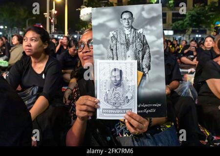 Des tournants en noir avec des photographies du roi Bhumibol lors de la cérémonie funéraire, Bangkok, Thaïlande