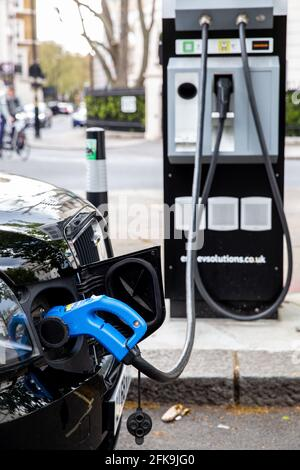 Londres, Royaume-Uni. 29 avril 2021. Le 20 avril 2021, une voiture électrique se recharge à la station de charge située dans la rue du centre de Londres. Un nouveau rapport de l'Agence internationale de l'énergie suggère qu'il devrait y avoir environ 145 millions de voitures électriques d'ici la fin de la décennie, une augmentation par rapport aux 11 millions d'aujourd'hui. (Photo par Dominika Zarzycka/Sipa USA) crédit: SIPA US/Alay Live News