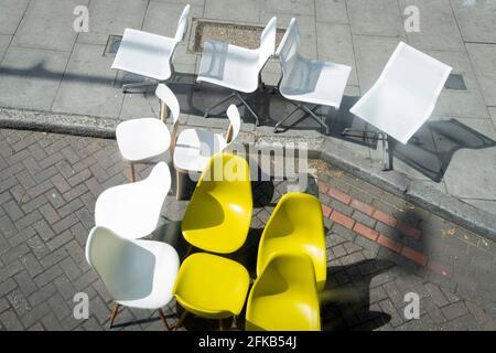 Un assortiment de sièges en plastique est organisé au hasard au bord du trottoir près d'Elephant & Castle, dans le sud de Londres, le 29 avril 2021, à Londres, en Angleterre.