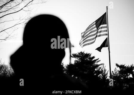 WASHINGTON, DC - le Mémorial de la guerre de Corée sur le National Mall le matin d'hiver enneigé, avec le drapeau américain au loin. La guerre de Corée Vetera