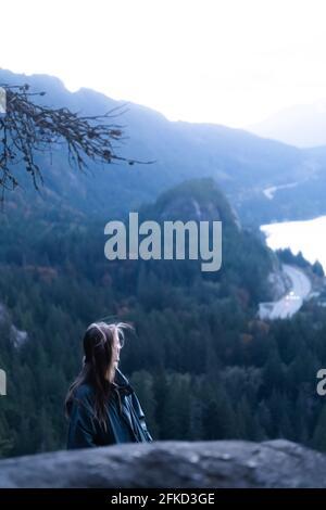 Canada, Colombie-Britannique, Squamish, jeune femme qui regarde le paysage